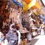 """8.Caminar por la calle de las brujas.- Adéntrate en la cultura de este místico país, la calle Sagárnaga, se encuentra en pleno centro de La Paz y te asegura una experiencia única.  Esta calle es conocida como la calle de las brujas ya que ahí se encuentran las mujeres encargadas de preparar las mesas de """"K 'oa"""" que se utilizan para realizar los rituales para atraer la buena suerte y alejar los malos espíritus. -lapaz.ws-"""