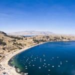 5.Visitar Copacabana.- Visitar la playa de Copacabana es imprescindible. Esta bahía es la más alta del mundo. Podrás visitar la basílica y ver la virgen de Copacabana que congrega a mucho creyentes a peregrinaciones año tras año. Subir al Calvario te dará una vista espectacular del lago Titicaca. -openplac.es-