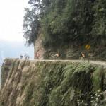 2.Bajar el camino de la muerte en bicicleta.- Si eres de los que te gusta la adrenalina y disfrutas con los paisajes, no te puedes perder bajar el camino de la muerte en bicicleta. Es un descenso de más de 60 km comenzando en la cumbre, a una altura de 4.700 metros sobre el nivel del mar, y finalizando a los pies de la selva a  casi 1.500 metros. La experiencia es única. Vale mucho la pena. -tiaraintransit.com-