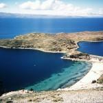 La más bella del Lago Titicaca: Isla del Sol. Se encuentra al norte de la península de Copacabana en el lado boliviano. Presenta un relieve accidentado y numerosas terrazas de cultivo (andenes). Esta isla conserva vestigios arqueológicos antiquísimos que van desde Tiahuanaco hasta los Incas. Su punto más alto es el cerro Chequesani de 4075 msnm.